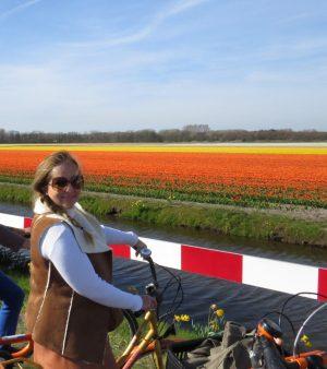 Passeio de bicicleta pelos campos de flores
