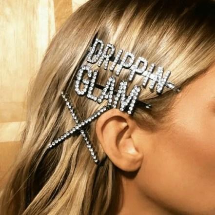 Maxiacessórios no cabelo