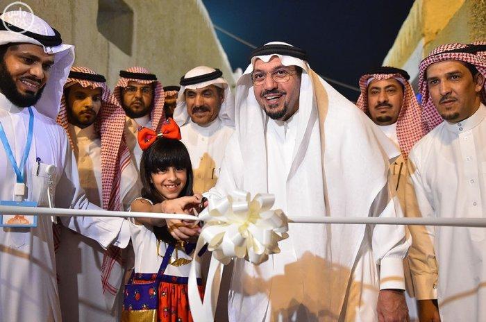 أمير منطقة القصيم يفتتح مقر الأُسر المنتجة بسوق المجلس بمحافظة المذنب