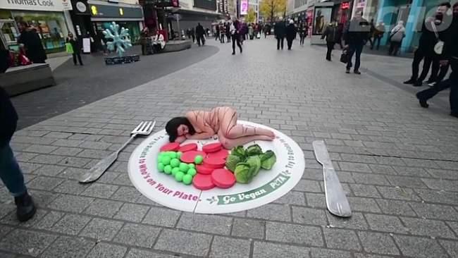 فتاة تنام عارية في الشارع والسبب غريب ! (فيديو)