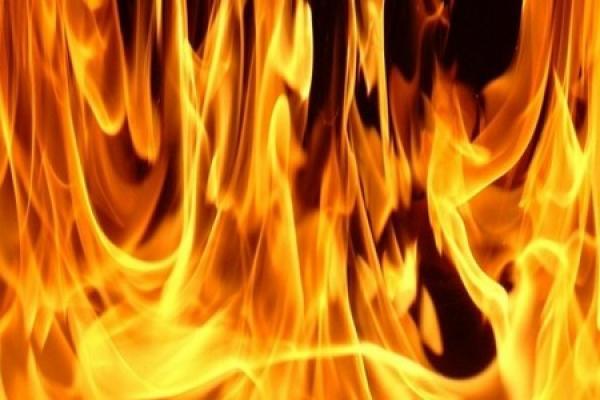 شخص يقدم على محاولة إحراق زوجته حية بعد خلاف بسيط