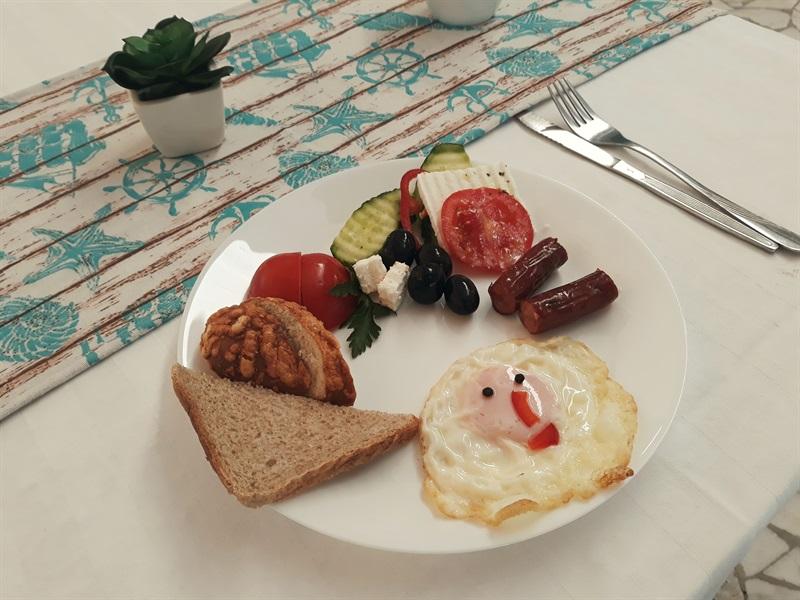 mic dejun cu ou ochi cîrnăciori și legume