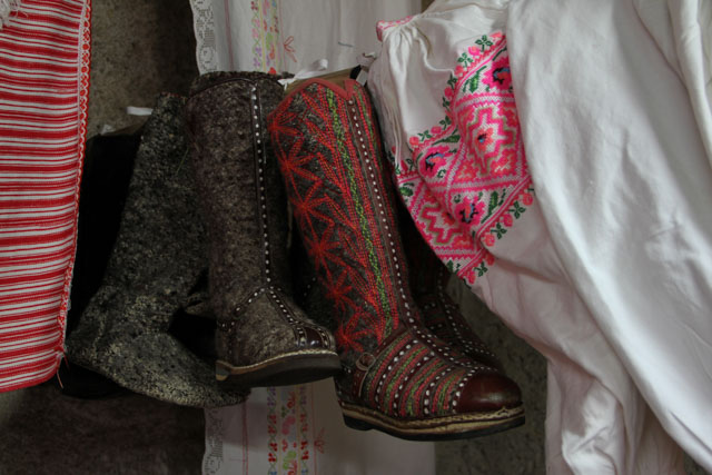 Woolen decorated boots
