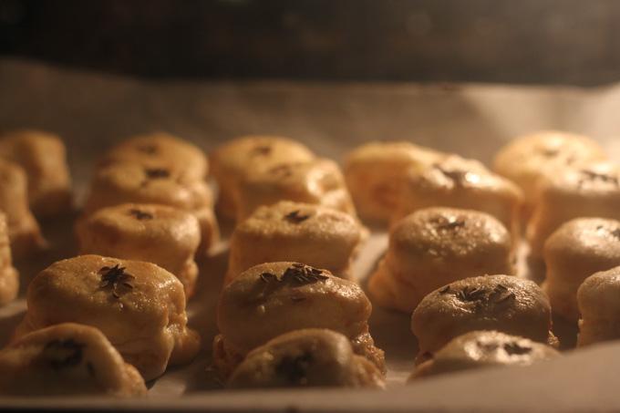 oškvarkové pagáč bake in the oven