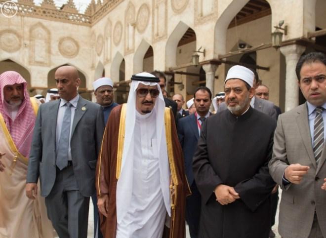 الملك يزور جامع الازهر1