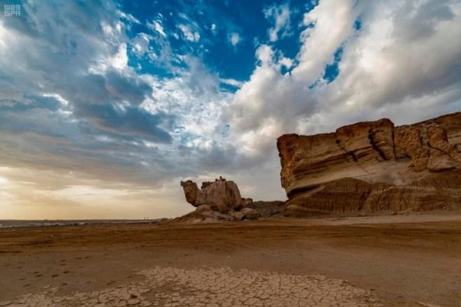 صخرة الجمل احد معالم محافظة الوجه