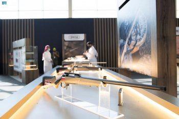 إتاحة تجربة حمل السلاح لزوار معرض الصقور الدولي - المواطن