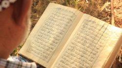 تفسير حلم حمل القرآن الكريم من الأرض في المنام