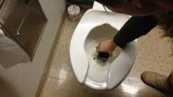 تفسير حلم سقوط الجوال في المرحاض في المنام