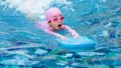 تفسير حلم السباحة مع طفل في المنام