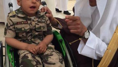 "Photo of بالصورة.. ""سلطان بن سلمان"" يمازح طفلاً من ذوي الإعاقات يرتدي زياً عسكرياً"
