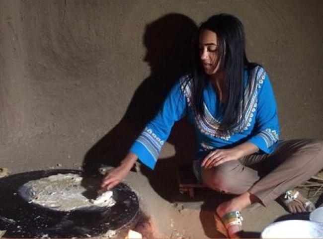 11209755(عواسة) (القراصة) تجبر الإعلامية رفيدة ياسين علي الجلوس أرضاً وهي مرتدية البنطلون
