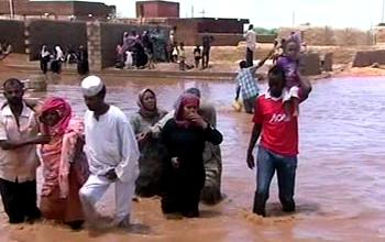 Photo of اجلاء قرى عزلتها السيول والامطار بالقوارب في القضارف