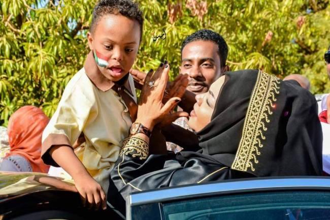 المطربة ندى القلعة تلاعب الأطفال ذوي الاحتياجات الخاصة ومنظمة خيرية تختارها سفيرة للتطوع