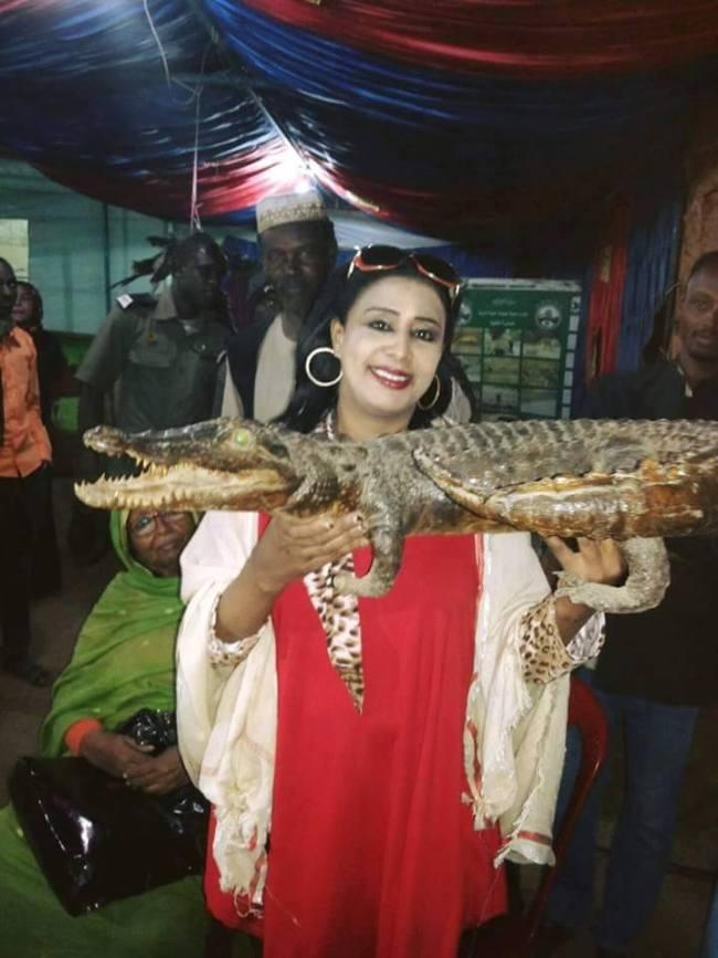 الممثلة السودانية مشاعر سيف الدين تمسك بتمساح دار جعل