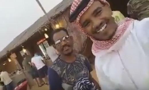 الفنان حسين الصادق يرتدي الملابس الخليجية