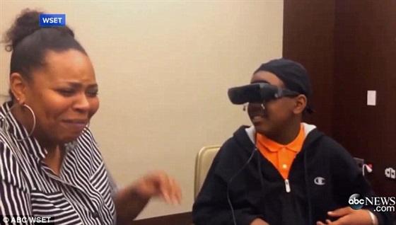 رد فعل صبي أعمى يرى والدته للمرة الأولى3