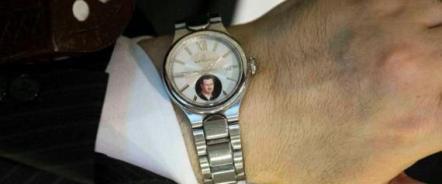 صورة بشار الأسد على ساعة