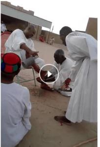 مقطع فيديو يمسح فيه أناس وجوههم من بقايا غسيل( أرجل )شيخهم