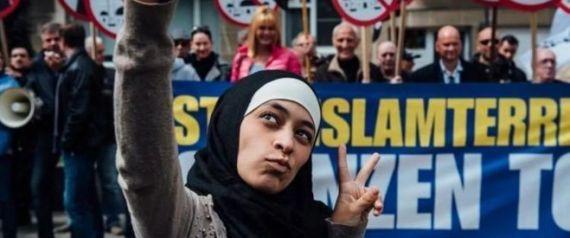 زاكية بلخيري، الفتاة المسلمة التي ترتدي الحجاب