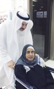 """سعودي يرعى خادمة قعيدة 19 عاماً ويصفها بـ """"جالبة السعادة"""""""