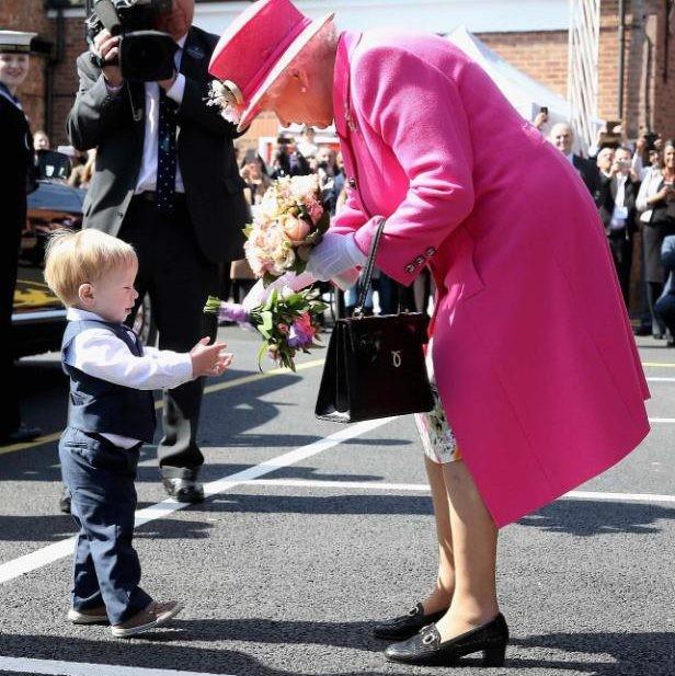 لا تحمل جواز سفر ولا رخصة قيادة.. فماذا يوجد في حقيبة ملكة بريطانيا؟