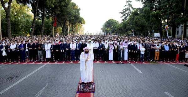 في مشهد مهيب إمام الحرم المكي يؤم آلاف المصلين في صلاة عيد الفطر بألبانيا3