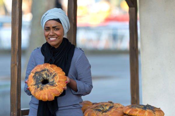 أشهر صانعات الكعك في بريطانيا تكشف سبب ارتدائها الحجاب1