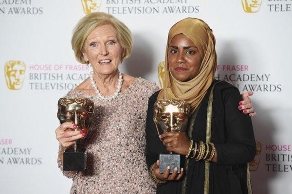 أشهر صانعات الكعك في بريطانيا تكشف سبب ارتدائها الحجاب2