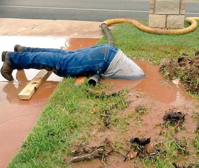 عامل يصلح ماسورة مياه بطريقة غريبة