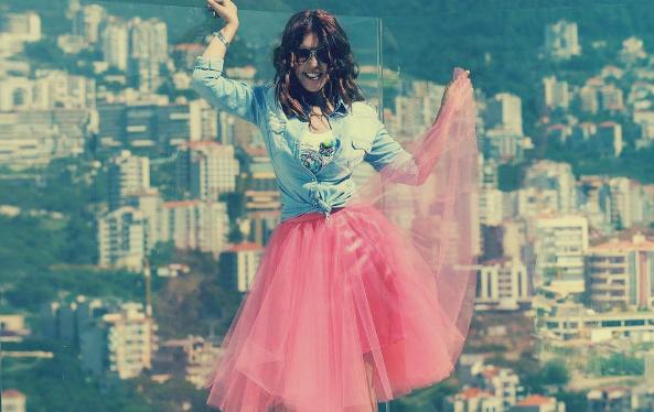 فتيات يُقلّدن سميرة سعيد في وقفتها وملابسها