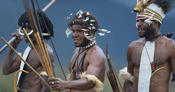 قبيلة إندونيسيّة تكرّم أجدادها عبر تحنيطهم بالدخان2