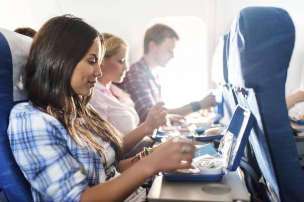 مأكولات عليك تجنب تناولها قبل إقلاع الطائرة!