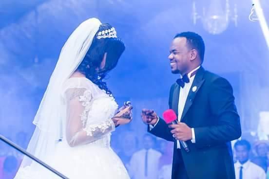 شاهد بالصور.. الفنان منتصر هلالية يغني لزوجته في ليلة زفافهم ويحصل على لقب الرجل الرومانسي