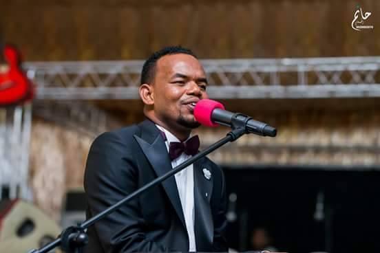 الفنان منتصر هلالية يغني في ليلة زواجه