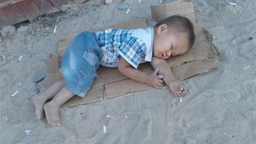 لقطة مؤثرة لطفل ينام على «كرتونة»
