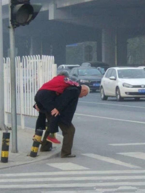 رومانسية عجوزين في الشارع تثير ضجة على الإنترنت1