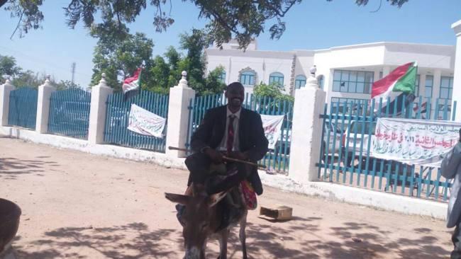 برلماني سوداني سابق يسلم مذكرة احتجاجه وهو راكباً على ظهر حمار