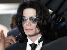 بعد إثبات براءته .. طبيب مايكل جاكسون : مايكل قتل نفسه و كان يتبول بفراشه ليلا
