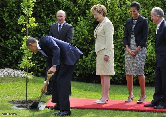 الرئيس الامريكي اوباما يزرع شجرة في المقر الرئاسي في ايرلندا  23-5-2011