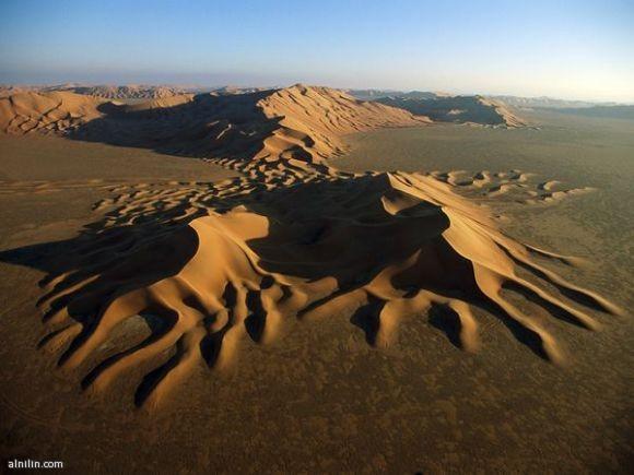 الرمال المتحركة ، كثبان رملية في صحراء الربع الخالي في حدود المملكة العربية السعودية صحراء طمس