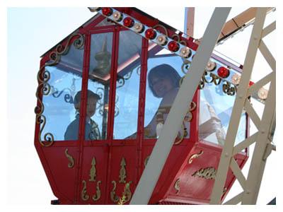 Jesper och mormor åker Lilla Pariserhjulet