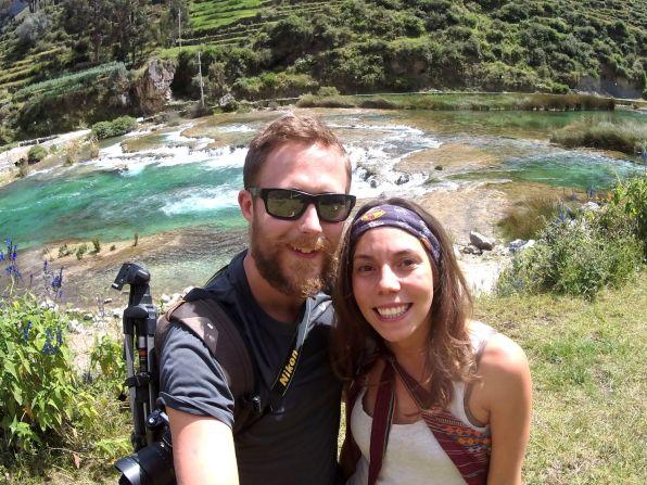 Anni und Nico vor den Huancaya Wasserfällen.