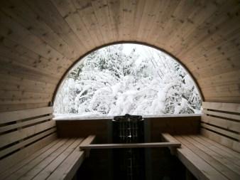 Der Ausblick durch das Panoramafenster der Fasssauna ist je nach Jahreszeit grün oder weiß