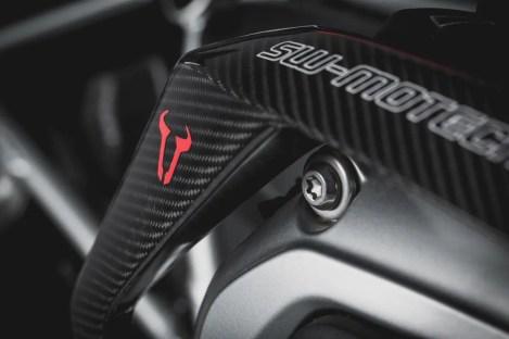 Die elegante Linienführung des Karbon-Schutzbügels passt sich nahtlos in das Design der beiden BMW-Motorräder ein.