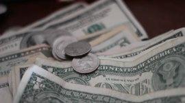 Dollar Scheine und Münzen