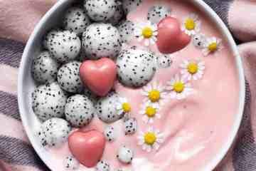 strawberry and cranberry smothie bowl