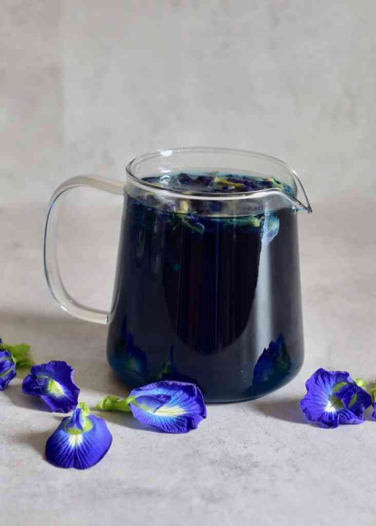 how to make butterfly pea flower tea for colour-changing drinks. blue to purple drink