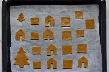 How to make a Gingerbread Mini House for a gingerbread mug topper or cupcake topper.