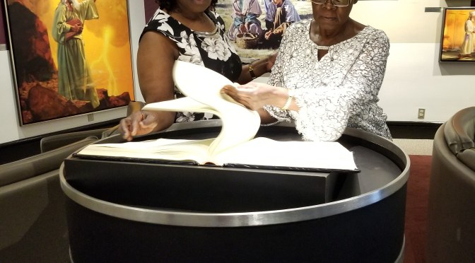 Kesha la asubuhi: Anakwenda Nyumba kwa Nyumba Pamoja na Watendakazi wa Injili